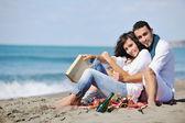 Heureux jeune couple s'amuser à la belle plage — Photo