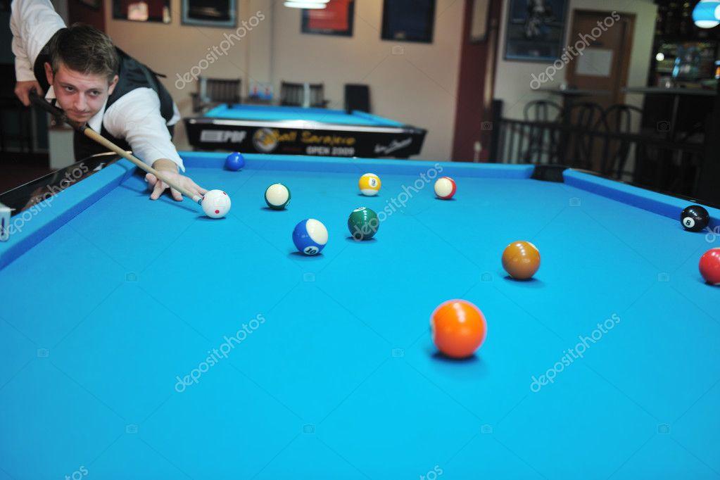 Jeune homme jouer jeu de billard pro photographie shock - Taille billard snooker ...
