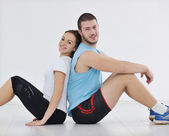 Счастливая молодая пара фитнес-тренировки и весело — Стоковое фото