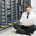 Business Mann Praxis Yoga auf Netzwerk-Server-Raum — Stockfoto #4793345