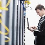 Business Mann Praxis Yoga auf Netzwerk-Server-Raum — Stockfoto #4793719