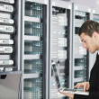 Young it engeneer in datacenter server room - Foto Stock