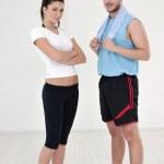 快乐的年轻夫妻健身锻炼和乐趣 — 图库照片