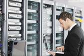 Jovem é engenheiro na sala do servidor de datacenter — Foto Stock