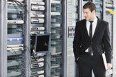 Jonge het Engineer in datacenter serverkamer — Stockfoto