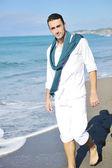 Młody mężczyzna na plaży — Zdjęcie stockowe