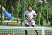 наружный теннис игры молодого человека — Стоковое фото