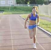 Mujer para correr en la mañana temprano — Foto de Stock