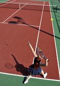 Jonge vrouw speel tennisspel buiten — Stockfoto