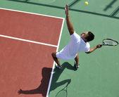 Mladí muži hrají tenis venkovní — Stock fotografie