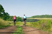 放松骑山地自行车 — 图库照片