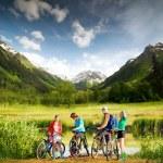 山の自転車に乗ること — ストック写真