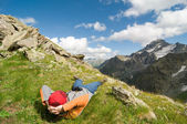 Man hiking in mountain — Stock Photo