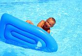 La baignade dans la piscine. — Photo