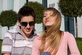 Gelukkige jonge paar luisteren muziek — Stockfoto