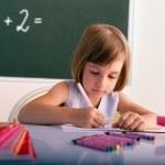 Genç öğrenci sınıfta - yeni öğretim yılı yazma — Stok fotoğraf