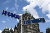 Tekenen in de buurt van berliner dom — Stockfoto