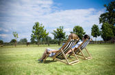 Young couple relaxing ouside — Stock Photo