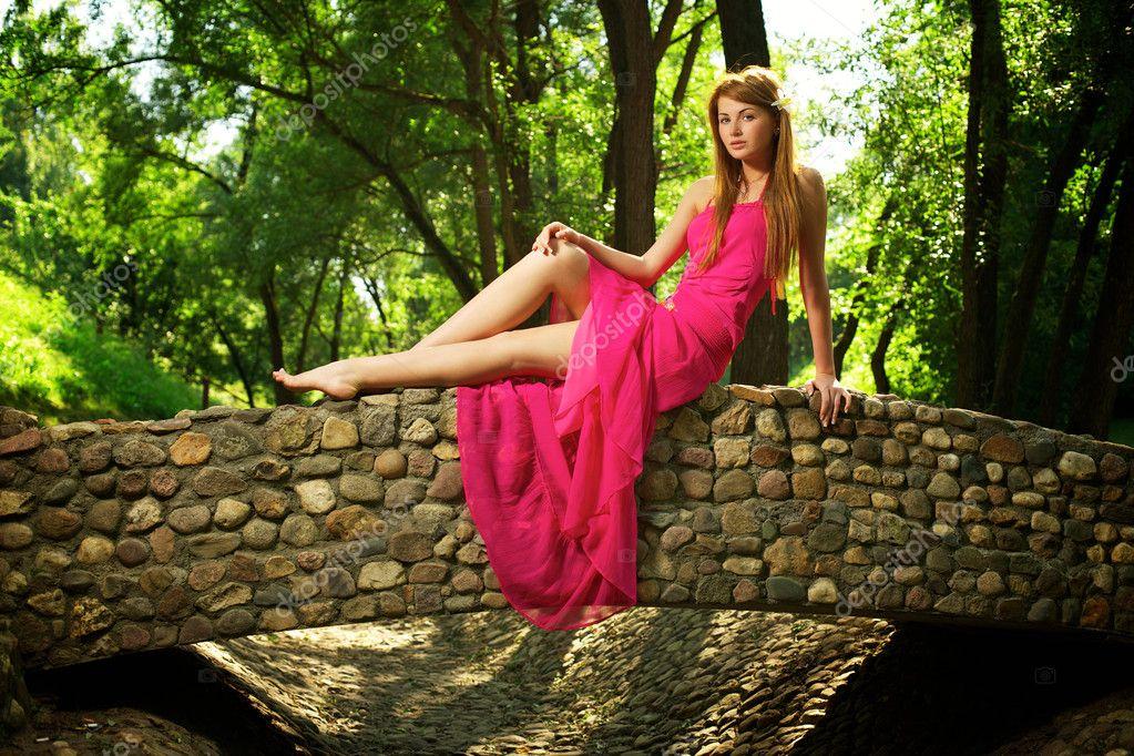 красивая девушка на мосту