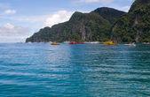 Boats on islands bay Phi Phi Thailand — Stock Photo