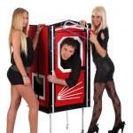 desempenho mágico e beleza de duas meninas em uma mágica caixa com ha — Foto Stock