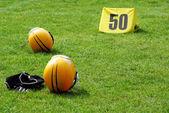 Amerikaanse voetbal apparatuur op veld — Stockfoto