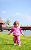Little girl race on the grass — Stockfoto