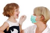 医生检查喉咙的小女孩 pa — 图库照片
