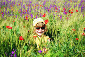 Happy little girl on the meadow — Stockfoto