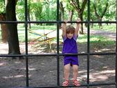 小さな女の子が公園遊び場 — ストック写真