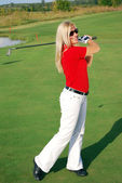 Girl playing golf — Stockfoto