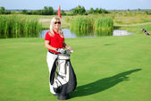Femme qui pose sur le terrain de golf — Photo