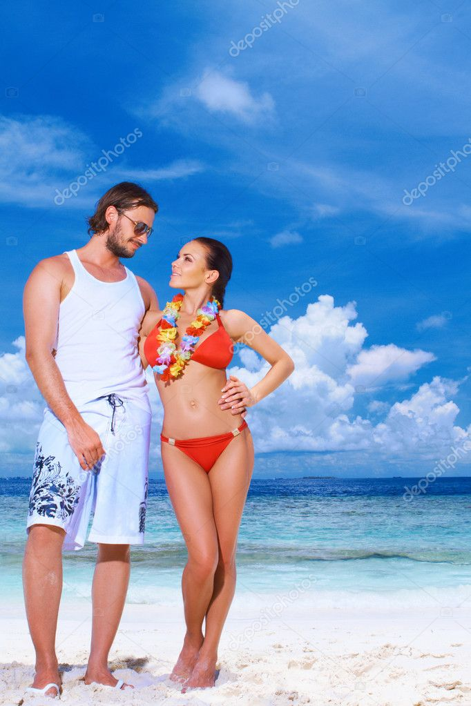 Romantic couple resting at Maldives seaside — Stock Photo #3011116