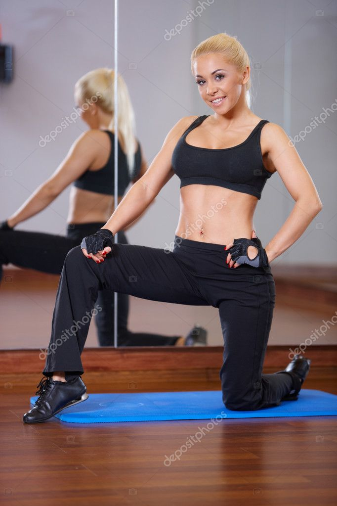 Beautiful woman exercising at the gym — Stock Photo #3376283
