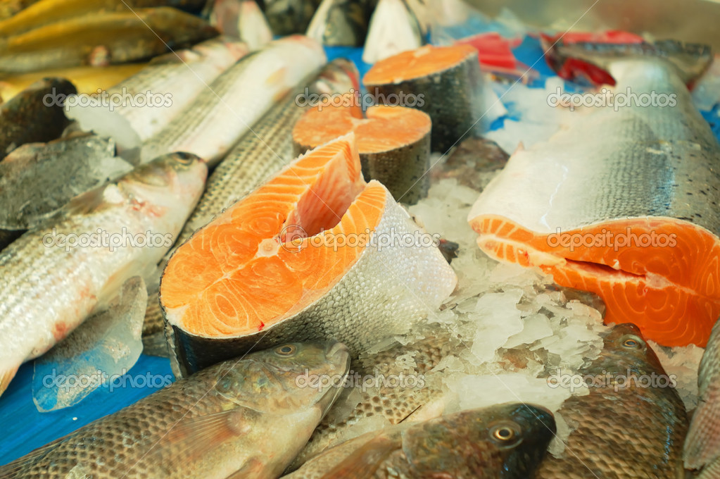 Fresh fish for sale on a market stand — Stock Photo #3066395
