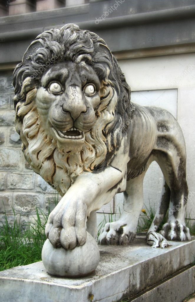 Lion from Pelesh Palas in Romania, Sinaia — Stock Photo #2916022