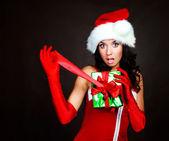 Menina abrindo um presente — Fotografia Stock
