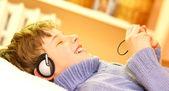 Chłopiec słuchać muzyki — Zdjęcie stockowe