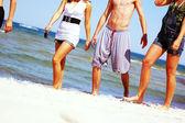 Młodych przyjaciół na plaży latem — Zdjęcie stockowe
