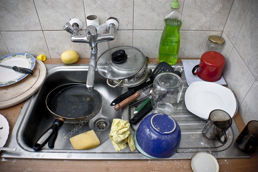 Pilha de louça suja na pia metal — Fotografias de Stock