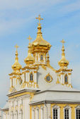White Cathedral with golden cupolas in Peterhof — Stock Photo