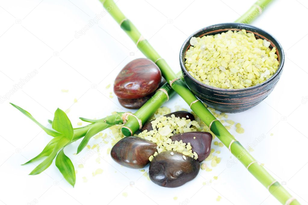 Green bath salt with bamboo on white - beauty treatment — Stock Photo #2973948