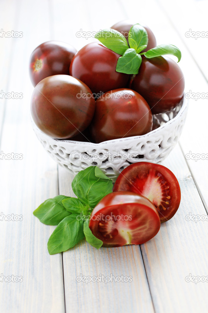 Bowl of kumato tomatoes with fresh basil - fruits and vegetables — Stock Photo #4024211