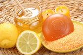 Honey and lemon bath — Stock Photo