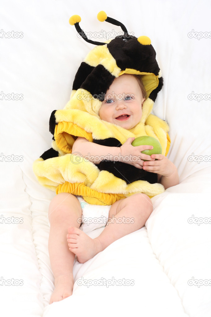 作为一只蜜蜂一岁可爱的小女孩