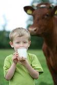 喝牛奶 — 图库照片