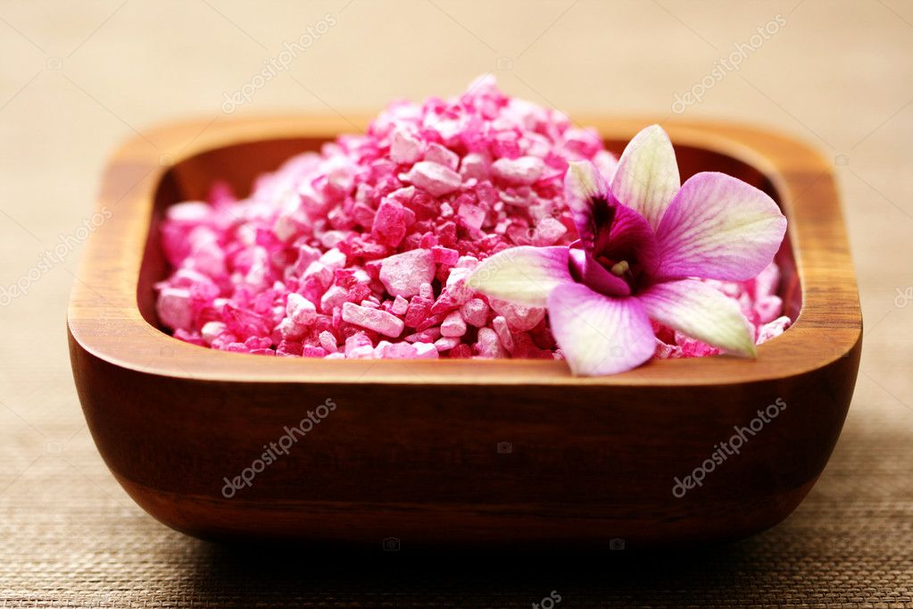 Pink bath salt and beautiful orchid - body care — Stock Photo #4504747