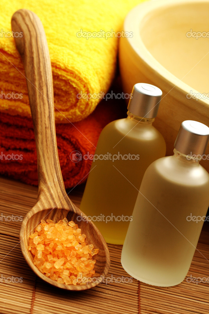 Bath oil and bath salt with towels - body care — Stock Photo #4523924