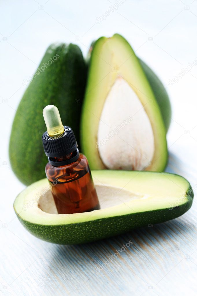 Bottle of avocado essential oil with fresh fruit - beauty treatment — Lizenzfreies Foto #4562200
