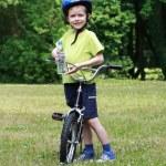 bambino in età prescolare e bici — Foto Stock
